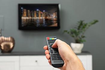 Een afstandsbediening wordt op een tv gericht