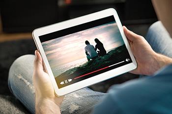 Iemand die via een tablet een video streamt