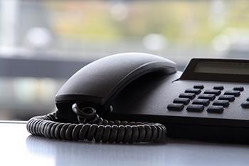 Een vaste telefoon op een tafel