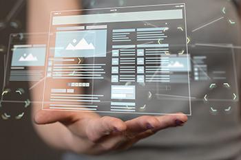 Een hand met daarboven een virtuele website met meerdere pagina's