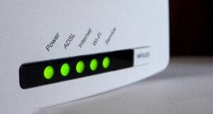 Een ADSL Modem waarvan alle lichtjes branden, wat aangeeft dat het modem werkt