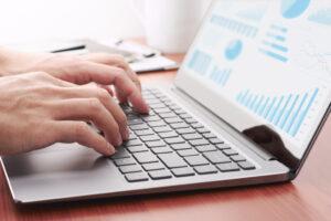 Een laptop met een dashboard waarop grafisch informatie wordt weergegeven