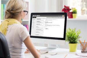 Een vrouw die haar e-mail leest op een dekstop computer